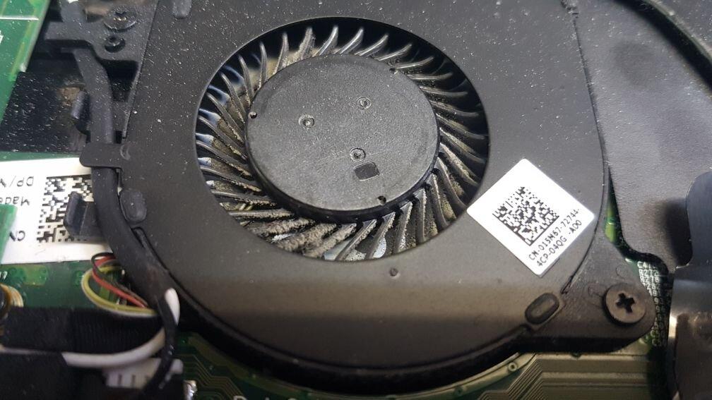 Вентилатор в лаптоп преди почистване